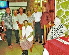 El presidente Reinaldo Rojas con los siete emigrantes cántabros que fueron agasajados en su día.