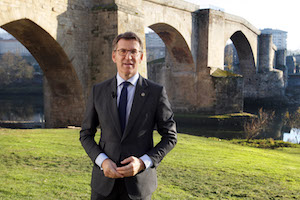 El presidente de la Xunta, Alberto Núñez Feijóo, durante su discurso con el puente romano de Ourense restaurado de fondo.