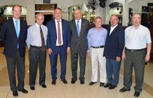 El embajador Roberto Varela, tercero izquierda, con los directivos del Centro Ourensán.