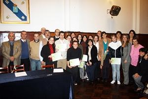 Los estudiantes con las autoridades españolas tras recibir sus diplomas.