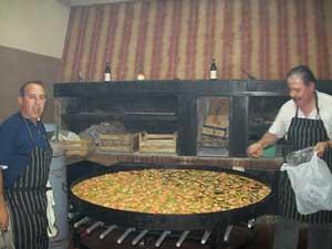 Alberto Pérez Alvado y Miguel Herrero Domínguez prepararon una deliciosa paella.