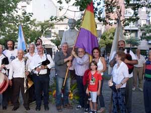 Lores y Raposo enarbolaron una bandera republicana al culminar el acto.