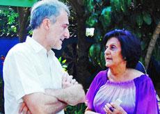 María Antonio Rabanillo charlando con el embajador español en Cuba, Juan Francisco Montalbán.