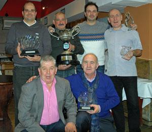 Los ganadores con sus trofeos y el presidente del Club Español de Golf, José Perez (primero por la izquierda).