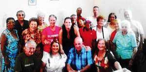 La presidenta, Ela Méndez (centro), con la nueva junta directiva de 'Naturales de Ortigueira' de La Habana.
