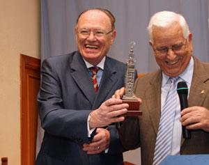Fernando Amarelo de Castro (izquierda) en el homenaje que recibió por parte del Lar Gallego de Sevilla en 2010.