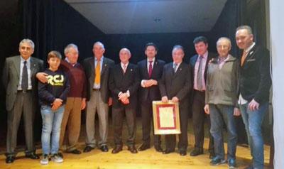 Miranda, en el centro, con los socios del Centro Gallego de Barcelona que fueron galardonados con la medalla de la entidad.
