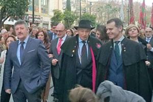 De derecha a izquierda, José Manuel Herrero, José Colinas y Ángel Blanco en el desfile de pendones por las calles de Sevilla.