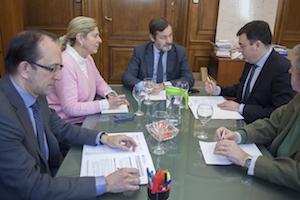Imagen de la reunión que mantuvieron el secretario del Instituto Cervantes, Rafael Rodríguez-Ponga (centro), y el conselleiro Román Rodríguez (a su izquierda).