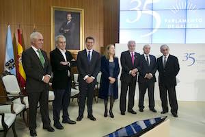 Los presidentes de la Xunta, el Parlamento y la del Congreso de los Diputados, Ana Pastor, con diputados de la primera legislatura.