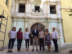 La delegación gallega (con Gamallo en el centro de la imagen) visitó en La Habana el antiguo Convento de Belén.
