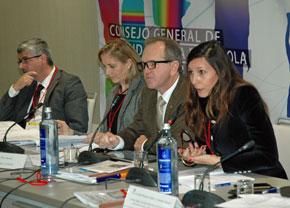 A la derecha la presidenta de la Comisión de Educación y Cultura, Miriam Herrero