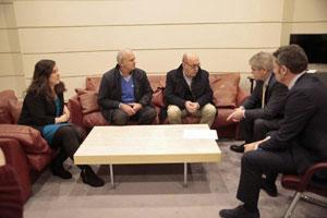 La senadora de En Marea, Vanessa Angustia, dos representantes de Long Hope y el ministro Alfonso Dastis mantuvieron un encuentro informal en el Senado.
