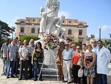 Ofrenda floral en el monumento a Manuel Valle.