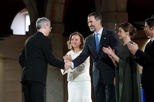Francisco Conde recibe la felicitación del Rey Felipe VI.