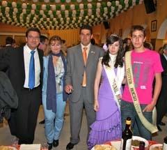 El presidente del centro con el alcalde y el mister del rocío y la reina juvenil.