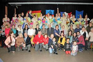 Las falleras con los directivos de la Casa Regional Valenciana y los invitados llegados desde Valencia.