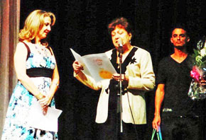 Emelina Aja (centro) entregó el reconocimiento a la directora de 'Amigos de Láncara', Daelee Pérez González.