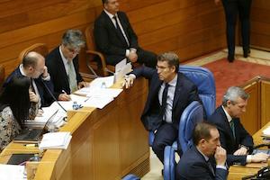 Alberto Núñez Feijóo habla con los portavoces del PPdeG en el Parlamento.