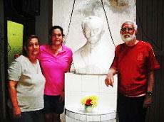 La presidenta Ela Méndez (centro) y el poeta Manuel Álvarez, junto al busto de José Martí.