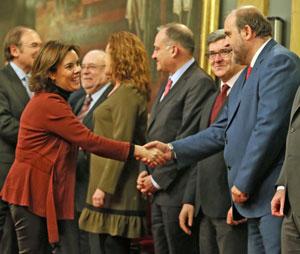 Vicente Guillén saludando a la vicepresidenta del Gobierno, Soraya Sáenz de Santamaría.