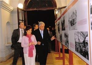 Pilar Pin y Eugenio López recorriendo la exposición 'Memoria gráfica de la emigración española'.