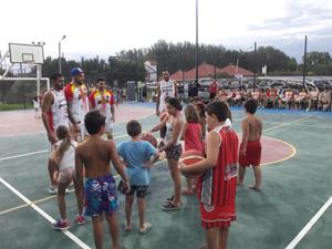 Los niños disfrutando de la demostración.