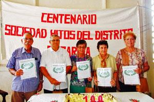 Manuel Barros, Felipe Cid, María Rosa González, Virginia Blanco y Juana C. Fernández con la Distinción 'María Magdalena López Camino'.