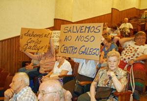 Los socios expresaron su rechazo a la intervención con pancartas.