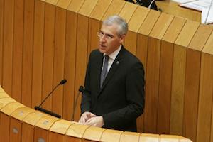 El conselleiro de Economía, Emprego e Industria, Francisco Conde, durante su intervención parlamentaria para explicar los objetivos de su departamento.