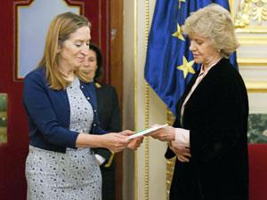 La presidenta del Congreso, Ana Pastor, recibió el Informe del Defensor del Pueblo 2016 de manos de Soledad Becerril.