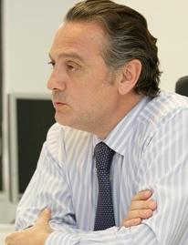 Alfredo Prada, en un su despacho en un instante de la entrevista.