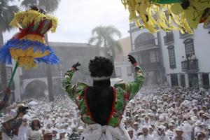 La 'batalla de polvos de talco' proporciona a la cita una sorprendente imagen de 'Carnaval blanco'.