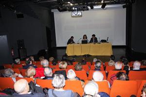 Un momento de la ponencia con el público asistente.
