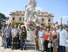 Corona de llores ante el monumento de Manuel Valle.