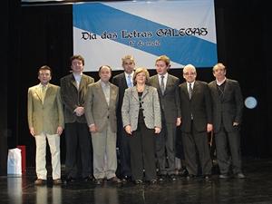 Gamallo, tercero por la derecha, Aurora Barbeito y directivos de las entidades.