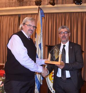 Manuel López recibe el premio de Españ̃a Exterior de manos del director general de Migraciones, Ildefonso de la Campa.