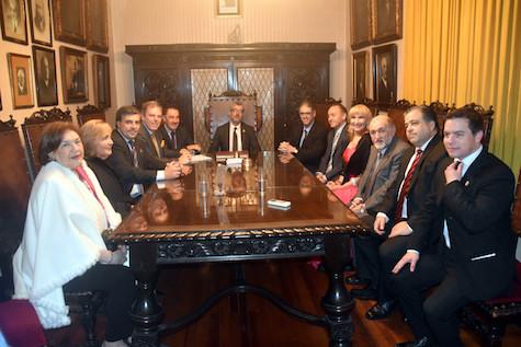 El director general de Migraciones, Ildefonso de la Campa (al fondo), y autoridades en la reunión de trabajo que mantuvo con la FIEU.