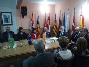 Mira Lema, Herner y Tercero Castro (a la derecha), en la reunión con los dirigentes de la colectividad de la ciudad y la zona, en las instalaciones de la Federación Regional de Sociedades Españolas.