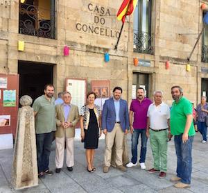 El secretario xeral da Emigración posa con el resto de autoridades asistentes a la puertas del Ayuntamiento.