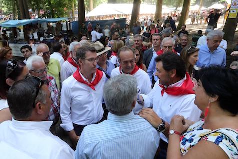 Núñez Feijóo departió con el secretario xeral da Emigración, Antonio Rodríguez Miranda, y con gallegos del exterior en O Carballiño.