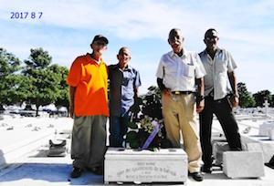 Directivos de 'Hijos de La Estrada' que participaron el 7 de agosto en el homenaje a Jesús Barros en el Cementerio de Colón. La comitiva estuvo encabezada por el vicepresidente social, Servando Oubel (en el extremo izquierdo de la imagen).