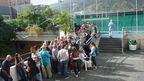 Largas colas a las puertas del teatro Rosalía de Castro de público ávido de información.