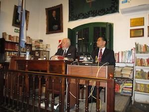 De derecha a izquierda, Gustavo Ramos Orge, presidente del Instituto de Cultura Hispánica y Edmundo Gelonch Villarino, vocal de la entidad, durante el acto por el Día de la Independencia.