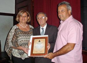 En nombre de la Asociación Virgen del Pino, sus directivos Javier Medina y Ana María Mota entregaron placa de reconocimiento a Antonio Álamo.