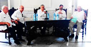 Carmelo González, Carlos Pérez-Desoy, Alfonso Dastis, Juan José Buitrago y Julio Santamarina, durante el acto en el Centro Gallego.