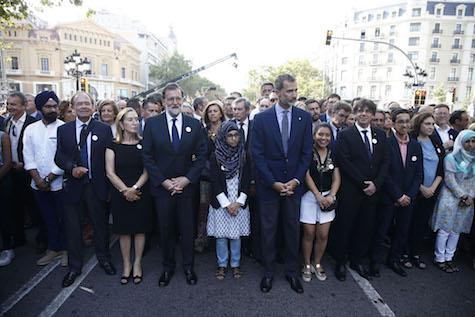 El Rey, el presidente Mariano Rajoy y el president Carles Puigdemont y el resto de autoridades con representantes de la comunidad islámica en la manifestación por las calles de Barcelona en protesta por los atentados.