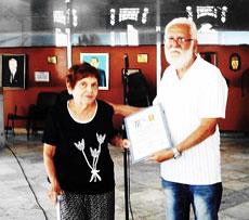 Manuel Álvarez entregó el título a Esperanza Uz.