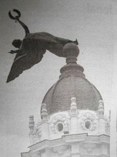 Imagen publicada en el diario Granma de la escultura totalmente inclinada.