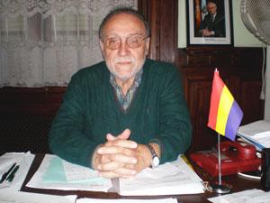 Lores en una de las tantas veces en las que recibió a España Exterior en su despacho de la Federación, junto a la infaltable bandera republicana.
